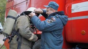Efremovskay ulica, Mtsensk, Rosja, 2017 05 10 Artykuł wstępny - katastrofa Samochód strażacki praca na ogieniu zbiory