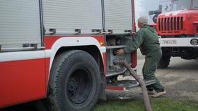 Efremovskaystraat, Mtsensk, Rusland, 2017 05 10 Redactie - Ramp Het werk van de brandvrachtwagen aangaande de brand stock videobeelden