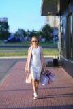 Efter dagshopping Närbild av bärande shoppingpåsar för ung kvinna, medan promenera gatan Arkivbilder