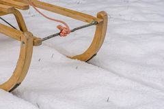 Efter det första snöfallet används pulkor royaltyfri bild