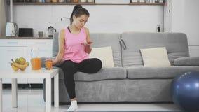 Efter en hem- kondition tycker om flickan orange fruktsaft arkivfilmer