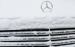 Efter främre sida för snöfall en bil och ett emblem av Mercedes Royaltyfri Foto