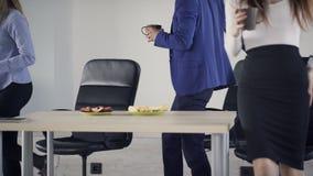 Efter kaffeavbrottet går tillbaka kontorspersonalen till arbete stock video