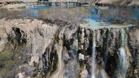 Efter kanten av vattenfall som appl?derar fr?n den bl?a sj?n in i streambeds lager videofilmer