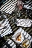 Efter lunch på restaurangen på en solig eftermiddag arkivbild
