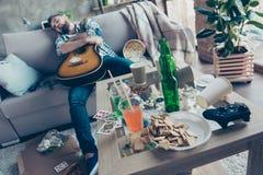 Efter partimorgon ungmöparti Berusat omfamna för hipster fotografering för bildbyråer