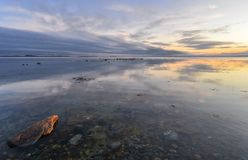 Efter solnedgång på havet reflexion Arkivbild