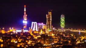 Efter solnedgång zoomar natttimelapseBatumi cityscape ut lager videofilmer