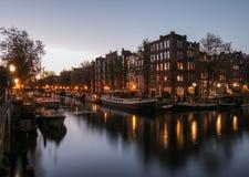 Efter solnedgångglöd- och kanalreflexioner i Amsterdam arkivfoton