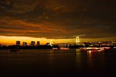 Efter solnedgång på Tokyo beskådade från Odaiba under mörka moln Arkivfoto