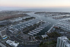 Efter solnedgångantenn av Marina Del Rey i Los Angeles Royaltyfri Foto