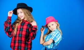 Efter syster i allt Flickaungar bär trendiga hattar Liten fashionista Trendig dräkt för kall cutie royaltyfria bilder
