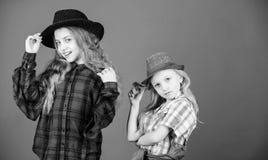 Efter syster i allt Flickaungar b?r trendiga hattar Liten fashionista Trendig dr?kt f?r kall cutie arkivbild