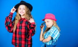Efter syster i allt Trendig dräkt för kall cutie lycklig barndom Ungemodebegrepp Kontrollera ut vårt arkivfoto