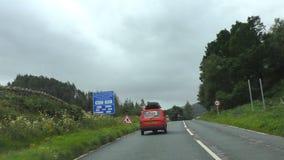 Efter tillitsfull rödhake bil med tre hjul stock video