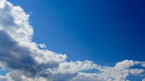 Efter timlapse för moln för regnbakgrundsflyttning i blå himmel för solig dag stock video