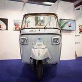 Efterapa motorfordonet på skärm på biten 2014, internationellt turismutbyte i Milan, Italien arkivbild
