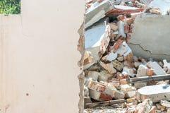 Efterdyning återstår av gammalt kollapsat hus med det brutna och skadade taket med tegelstenväggen efter katastrof royaltyfria bilder