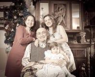 Efterföljd av det åldriga fotoet av den lyckliga familjen Royaltyfri Fotografi