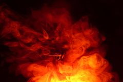 Efterföljd av ljusa exponeringar av den morotsfärgade flamman Bakgrund av abstrakt kulör rök royaltyfria bilder