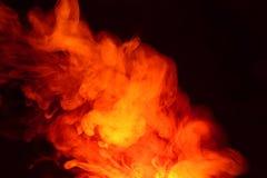 Efterföljd av ljusa exponeringar av den morotsfärgade flamman Bakgrund av abstrakt kulör rök royaltyfria foton