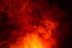 Efterföljd av ljusa exponeringar av den morotsfärgade flamman Bakgrund av abstrakt kulör rök arkivbild