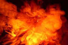 Efterföljd av ljusa exponeringar av den morotsfärgade flamman Bakgrund av abstrakt kulör rök royaltyfri bild