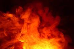 Efterföljd av ljusa exponeringar av den morotsfärgade flamman Bakgrund av abstrakt kulör rök arkivfoto