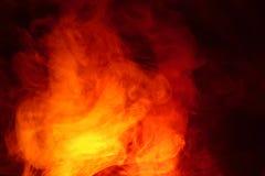 Efterföljd av ljusa exponeringar av den morotsfärgade flamman Bakgrund av abstrakt kulör rök arkivfoton
