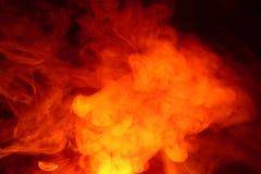 Efterföljd av ljusa exponeringar av den morotsfärgade flamman Bakgrund av abstrakt kulör rök fotografering för bildbyråer