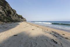 Eftermiddag på den avskilda Dume liten vikstranden Malibu Kalifornien Arkivfoto