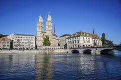 Eftermiddagcityscape av den stora domkyrkan, Zurich Fotografering för Bildbyråer