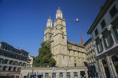 Eftermiddagcityscape av den stora domkyrkan, Zurich Royaltyfri Bild