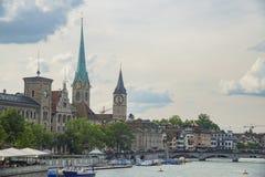 Eftermiddagcityscape av kvinnors domkyrka och St Peter Church, Zur Arkivfoton