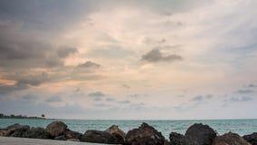 Eftermiddaglandskap med molnig himmel på Marina Beach Semarang royaltyfria bilder
