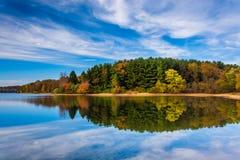 Eftermiddagreflexioner på sjön Marburg, på den Codorus delstatsparken, Pe Royaltyfri Foto