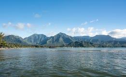 Eftermiddagsikt av den Hanalei fjärden och pir på Kauai Hawaii Royaltyfria Foton