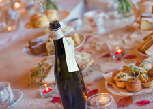 Eftermiddagteservis med mousserande vin Traditionell engelsk lyx Arkivfoto