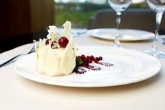 Efterrätt av vit choklad och lösa bär Royaltyfri Bild