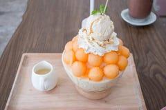Efterrätt-, cantaloupmelonmelonglass eller Bingsu Arkivfoto
