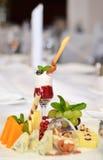 Efterrätt i ett exponeringsglas, ost på buffétabellen Royaltyfria Foton
