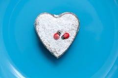 Efterrätt i forma av en hjärtaValentinees dag arkivfoto