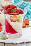 Efterrätt med jordgubbar och piskad kräm Arkivfoton