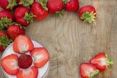 Efterrätt med kräm- och nya jordgubbar (kan användas som bakgrund, kort), Royaltyfria Bilder