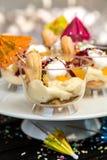 Efterrätt med pudding, kex och frukt i ett exponeringsglas Royaltyfria Bilder