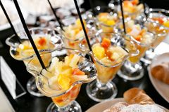 Efterrätt med stycken av frukt Buffé för morgonhotellfrukost Efterrättfruktcoctail i koppar Royaltyfria Bilder