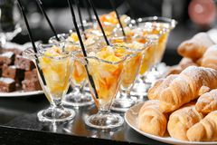 Efterrätt med stycken av frukt Buffé för morgonhotellfrukost Efterrättfruktcoctail i koppar Arkivfoton