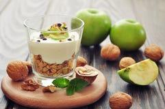 Efterrätt med yoghurt och granola arkivbilder