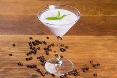 Efterrätt Mjölka pudding med vaniljarom och mintkaramelllentik arkivfoton