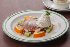Efterrätt: Pannkakor med tropiska frukter Royaltyfria Bilder